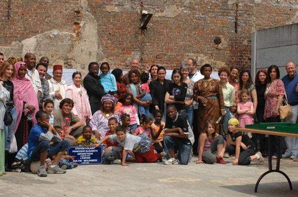Photos des familles du groupe l'Espoir et Alain Hubert, le parrain de ce projet